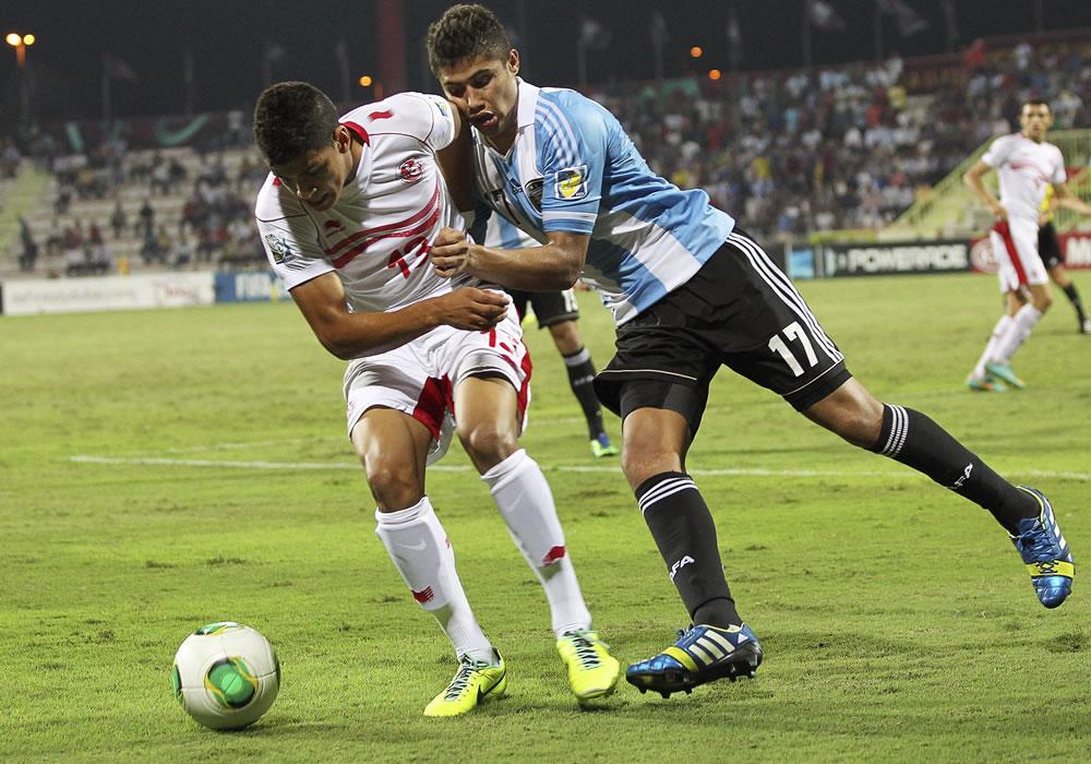 El jugador argentino Joaquín Ibáñez (d) pelea por el balón con el tunecino Mohamed Drager. EFE