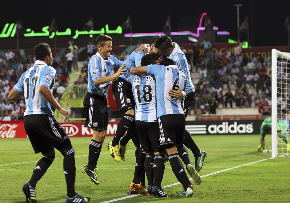 Jugadores argentinos celebran el gol inaugural, marcado por su compañero Germán Ferreyra. EFE