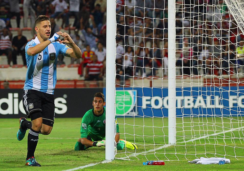 German Ferreyra (i) de Argentina celebra tras anotar ante el arquero Sabri Ben Hessen (d) de Túnez. EFE