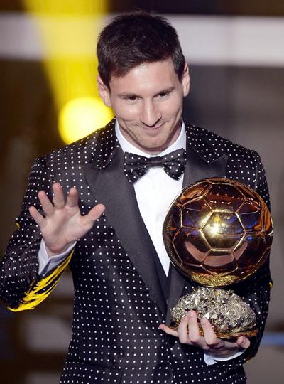 Leo Messi recibiendo el Balón de Oro en la anterior edición. Foto: EFE