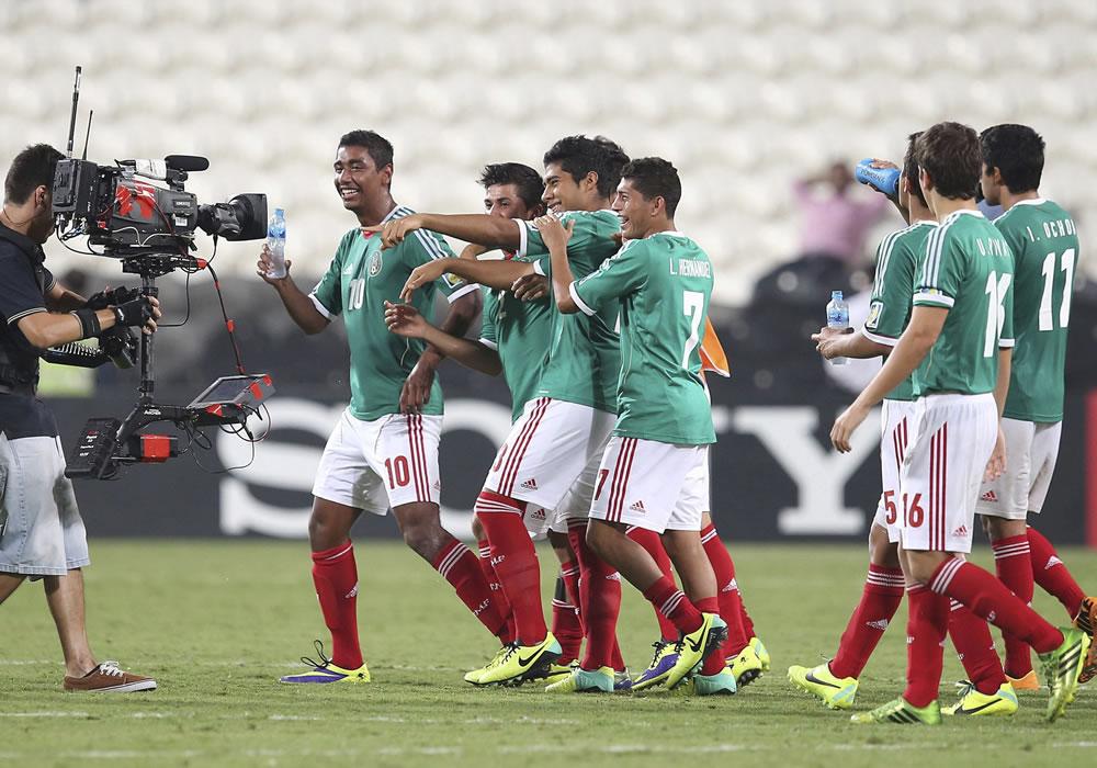 Los jugadores mexicanos celebran la victoria conseguida frente a Argentina. EFE