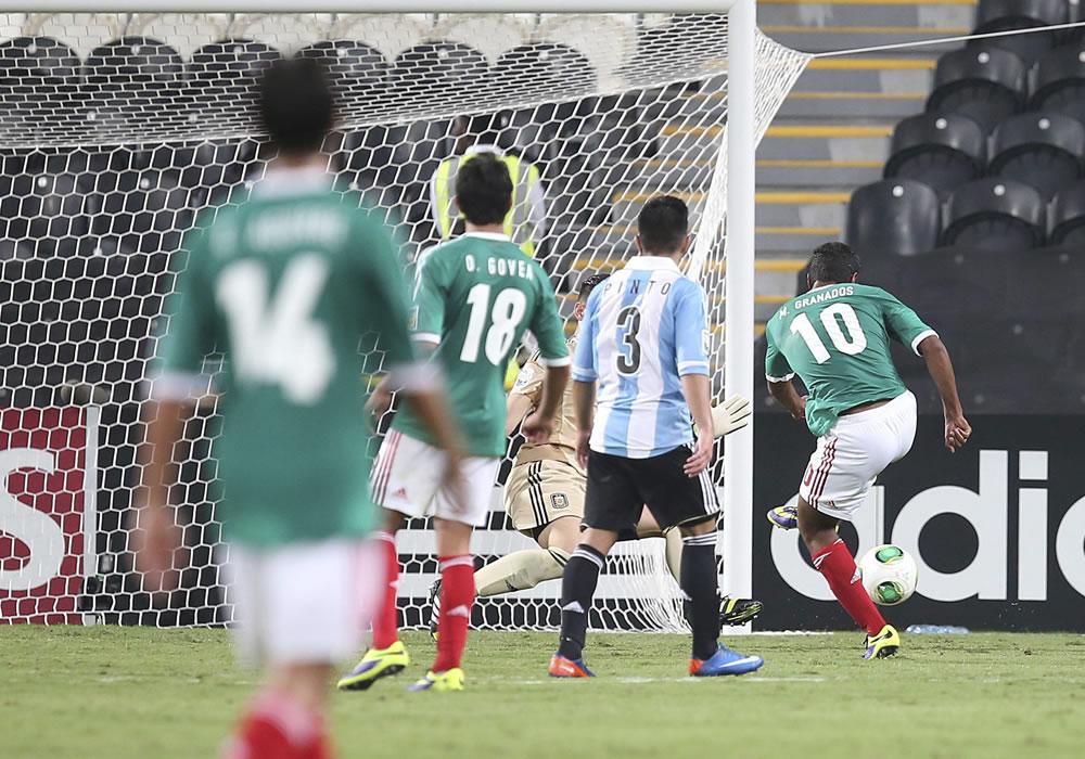El jugador mexicano Marco Granados (2d) celebra con sus compañeros el tercer gol ante Argentina. EFE