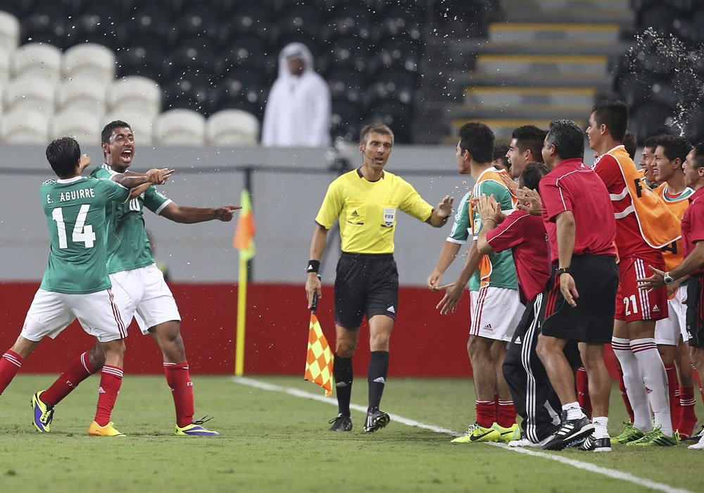 El jugador mexicano Marco Granados (dcha) remata para conseguir el tercer gol ante Argentina. EFE