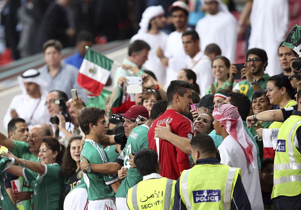 Los jugadores mexicanos celebran con sus seguidores la victoria conseguida frente a Argentina. EFE