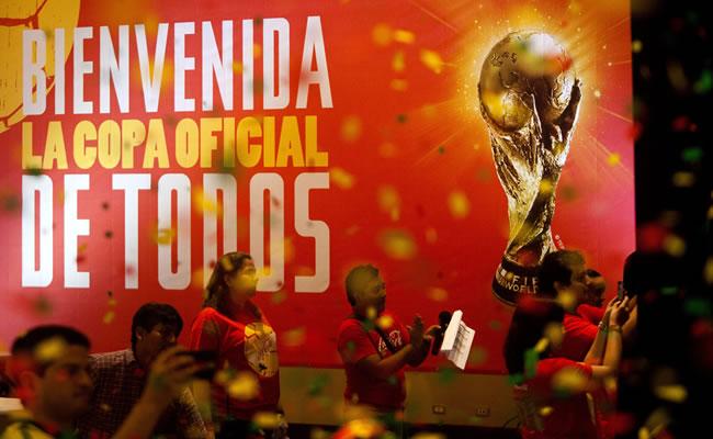 Un grupo de personas aplaude durante la presentación del trofeo de la Copa del Mundo FIFA en Managua (Nicaragua). Foto: EFE