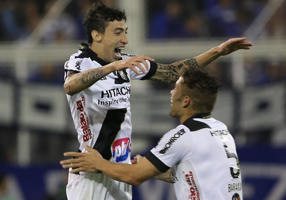 El jugador de Ponte Preta Rildo (i) celebra con su compañero Baraka después de anotar un gol. Foto: EFE