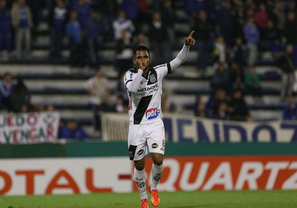 El jugador de Ponte Preta Fernando Bob celebra tras anotar ante el Vélez. Foto: EFE