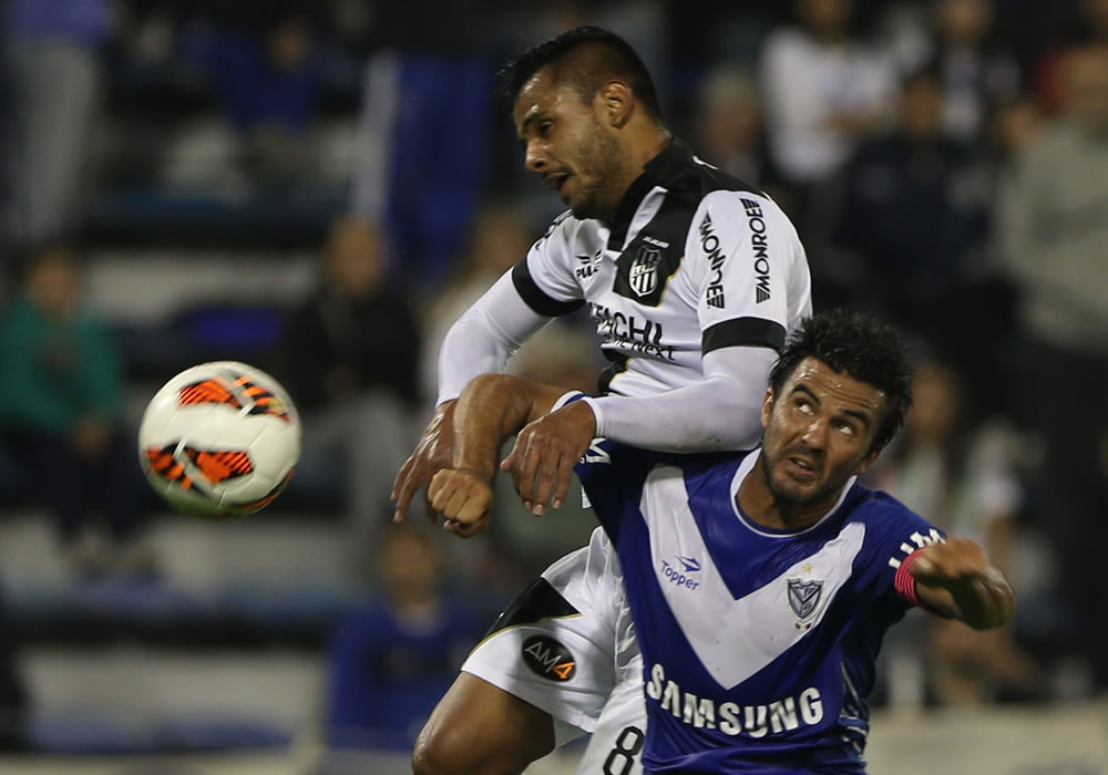 El jugador de Ponte Preta Fernando Bob (i) marca un gol ante la defensa de Fabian Cubero (d) del Vélez. Foto: EFE
