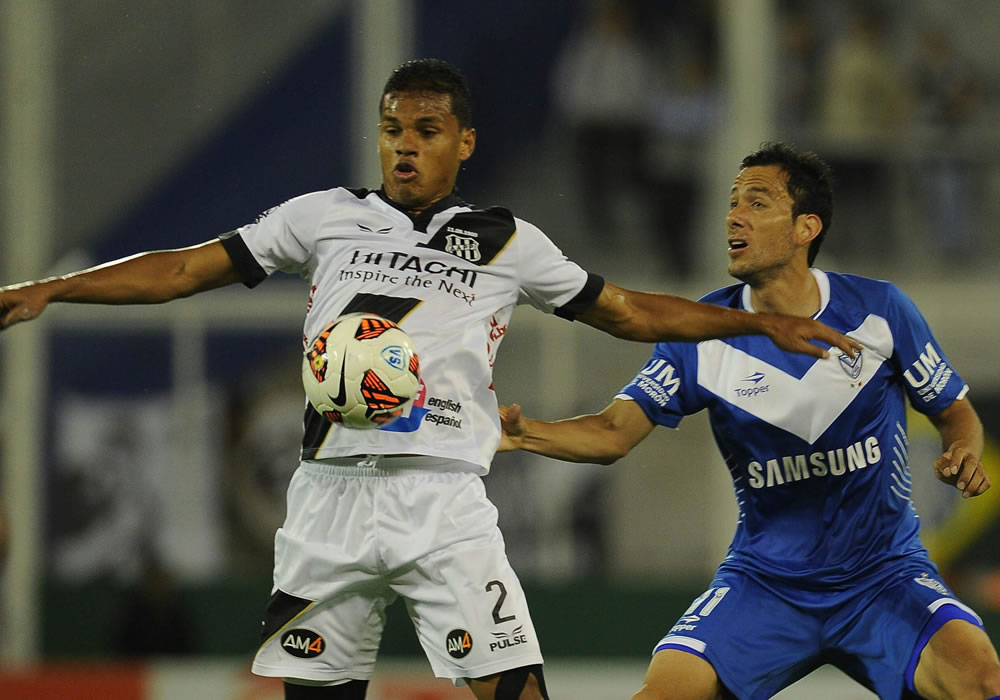 El jugador Ariel Cabral (d) de Vélez Sarsfield lucha por el balón con Artur (i) del equipo brasileño de Ponte Preta. Foto: EFE