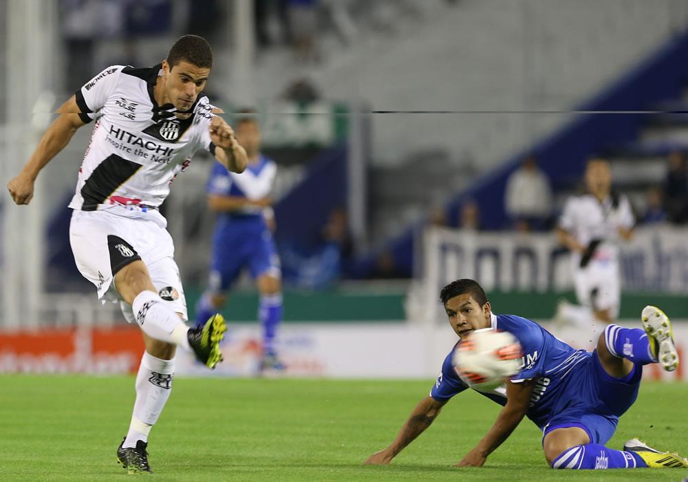 El jugador Hector Canteros (i) de Vélez Sarsfield lucha por el balón con Rildo (d) del equipo brasileño de Ponte Preta. Foto: EFE