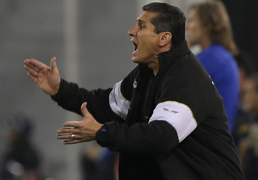 El entrenador del Ponte Preta, Jorginho, le da indicaciones a sus jugadores. Foto: EFE