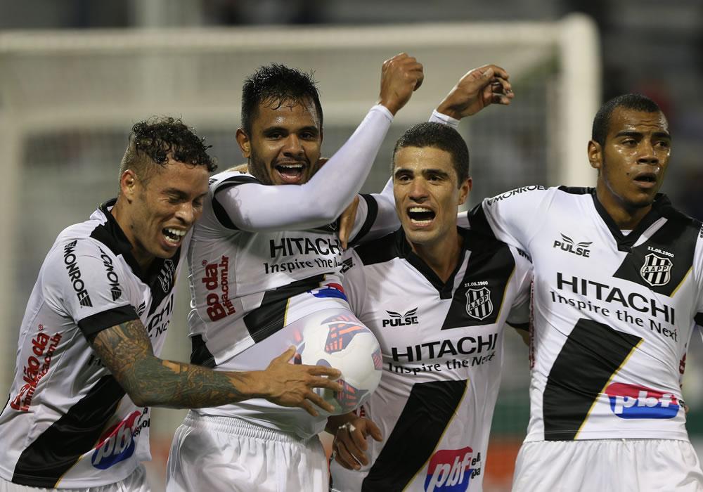 El jugador Fernando Bob (2i) de Ponte Preta celebra tras anotar ante el Vélez. Foto: EFE