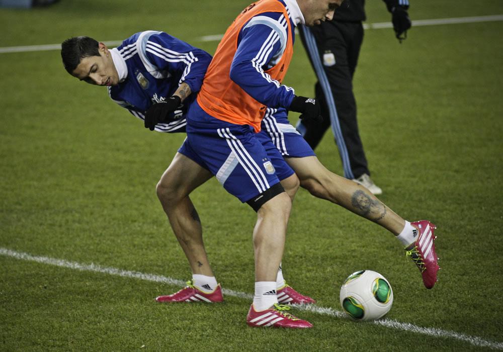 El jugador de la selección argentina de fútbol Ángel Di María participa en una práctica en el estadio Red Bull Arena en Harrison. EFE
