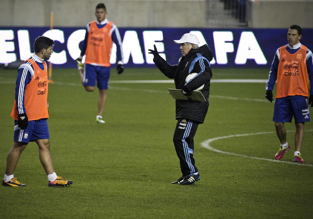 El entrenador de la selección argentina de fútbol, Alejandro Sabella (c), en una práctica en el estadio Red Bull Arena en Harrison. EFE