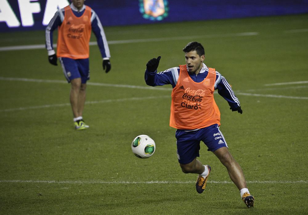 El jugador de la selección argentina de fútbol Sergio Agüero participa en una práctica. EFE