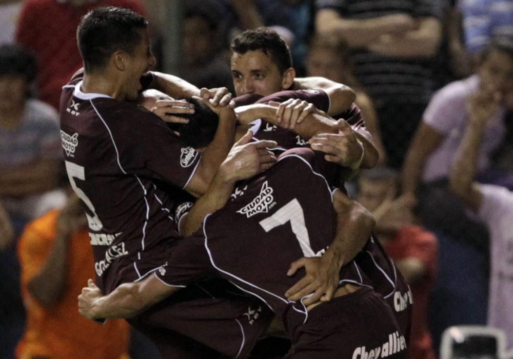 Lanús derrota a Libertad y lleva ventaja para juego en Buenos Aires