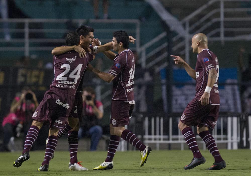 El jugador de Lanús, Paolo Goltz (2-i) celebra con sus compañeros de equipo una anotación ante Ponte Preta. EFE