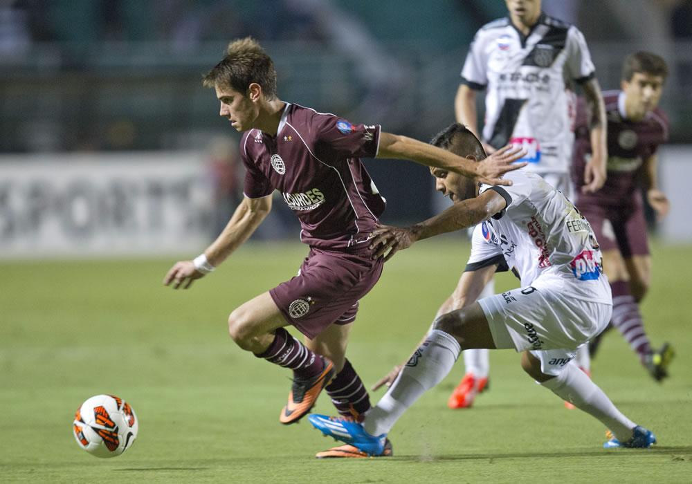 El jugador del Ponte Preta, Fernando Bob (d), disputa el balón con Lucas Melano (i) de Lanús. EFE