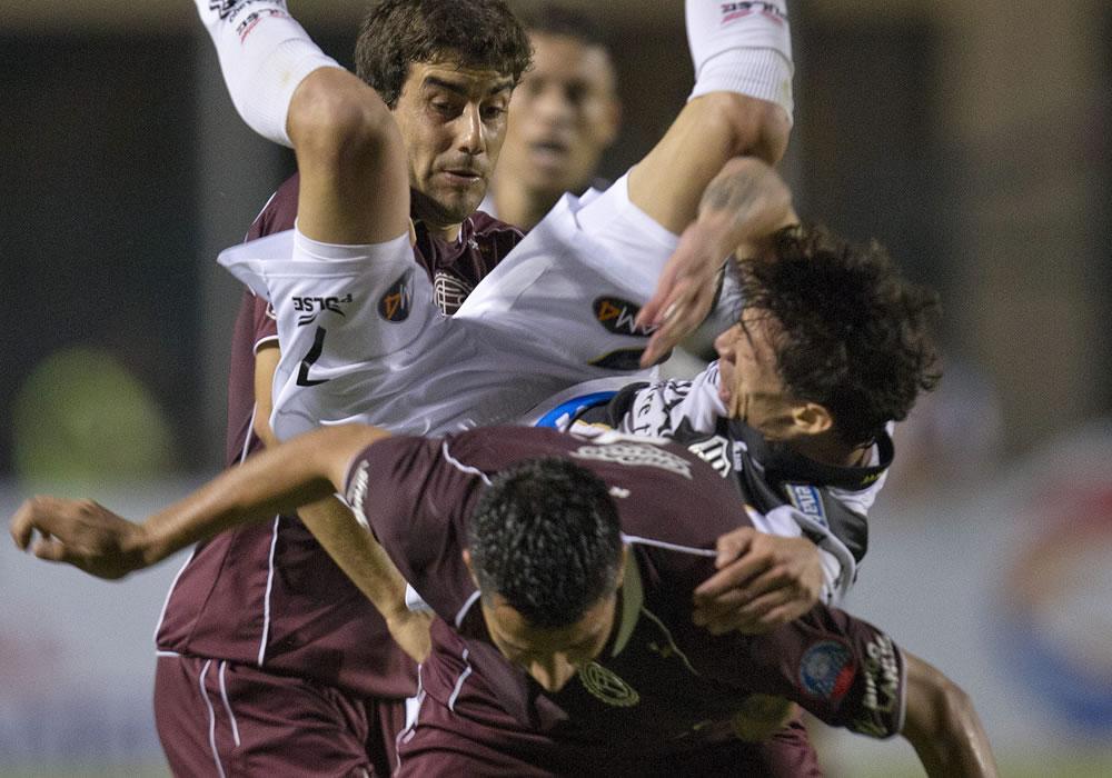 El jugador del Ponte Preta, Rildo (arriba), disputa el balón con Diego González (abajo) de Lanús. EFE