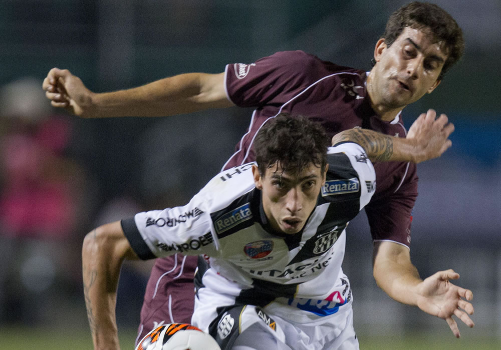 El jugador del Ponte Preta, Rildo (adelante), disputa el balón con Carlos Araujo (atrás) de Lanús. EFE
