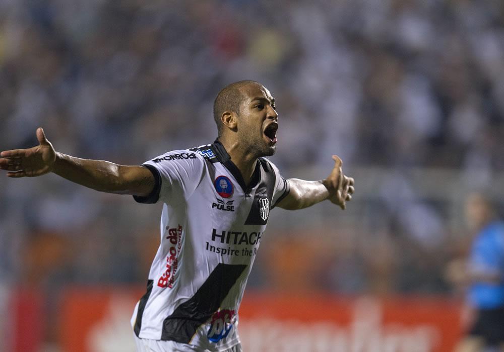 El jugador de Ponte Preta, Felipe Bastos, celebra una anotación ante Lanús. EFE