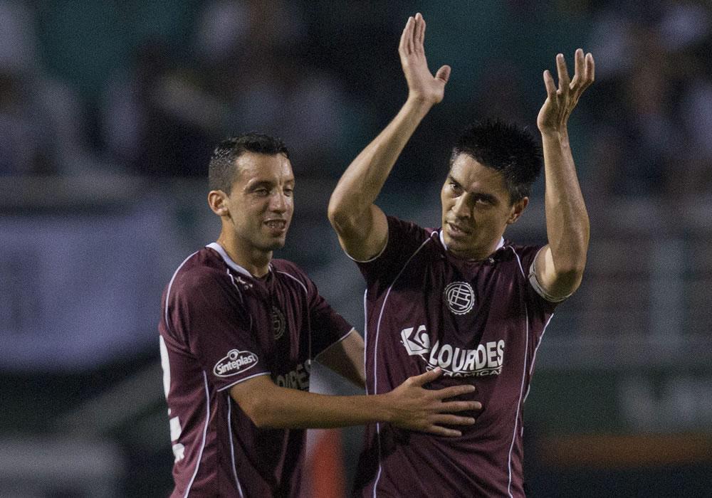 Los jugadores de Lanús, Paolo Goltz (d) y Jorge Alberto Ortiz (i) celebran una anotación ante Ponte Preta. EFE