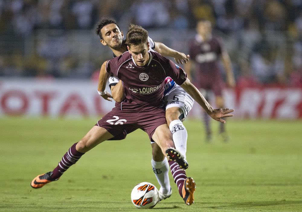 El jugador del Ponte Preta, Uendel (i), disputa el balón con Lucas Melano (d) de Lanús. EFE