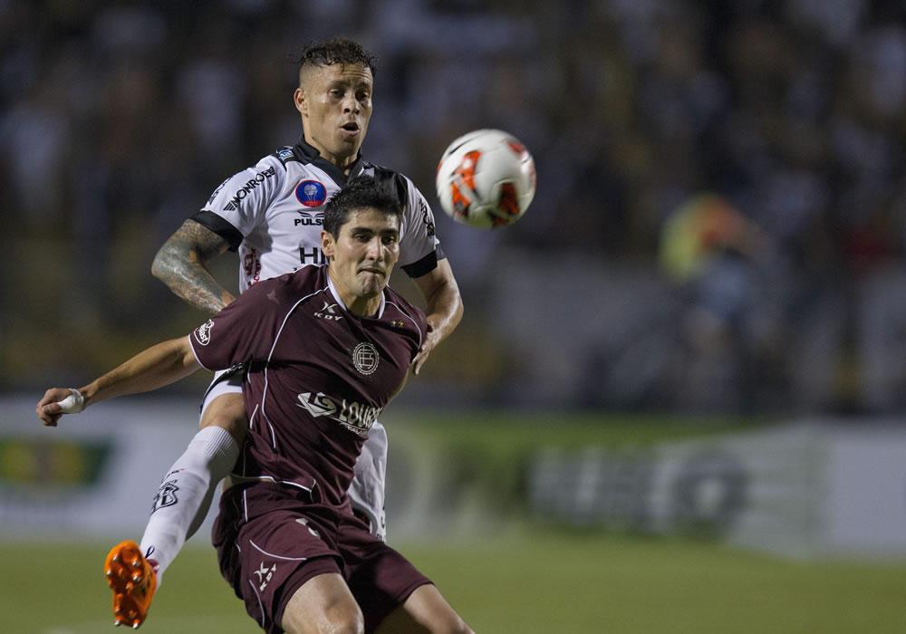El jugador del Ponte Preta, Baraka (atrás), disputa el balón con Jorge Días (adelante) de Lanús. EFE