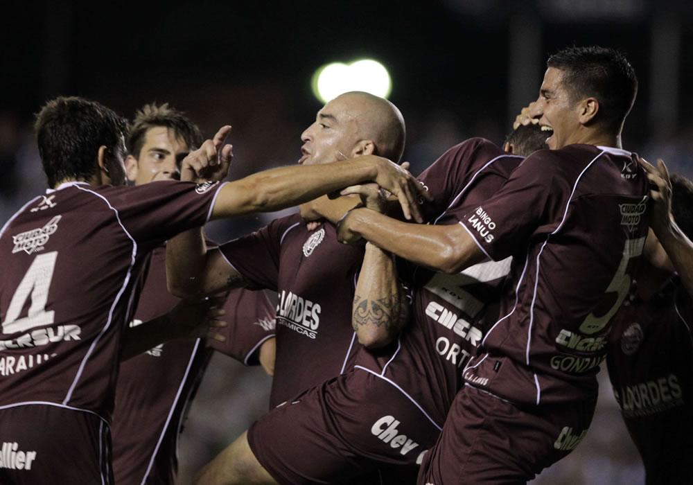 Somoza, Acosta y Silva buscan su revancha internacional con el Lanús. Foto: EFE