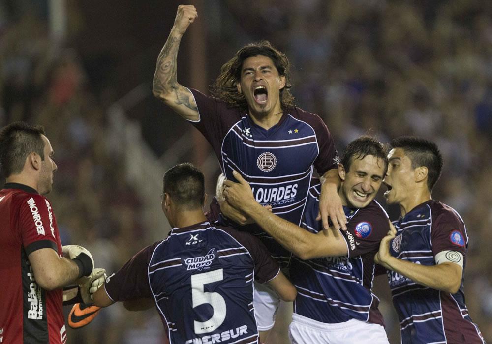 El jugador Ismael Blanco (2-i) anota el segundo gol de su equipo ante Ponte Preta. Foto: EFE