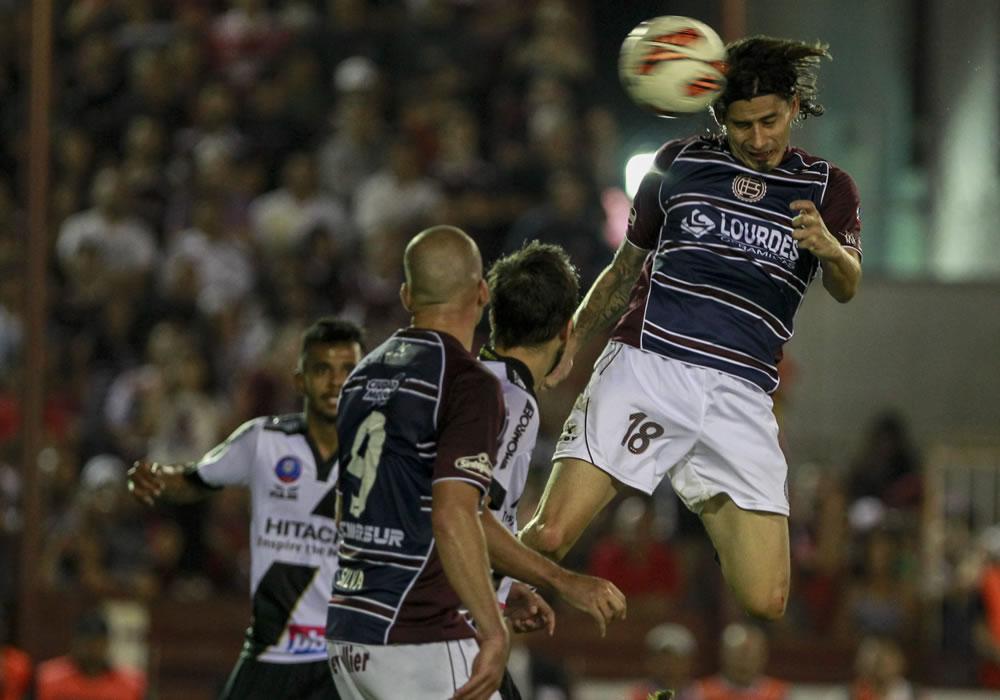 El jugador de Lanús Ismael Blanco cabecea el balón ante Ponte Preta. Foto: EFE