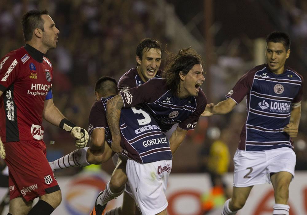 El jugador de Lanús Ismael Blanco celebra después de anotar un gol ante el Ponte Preta. Foto: EFE