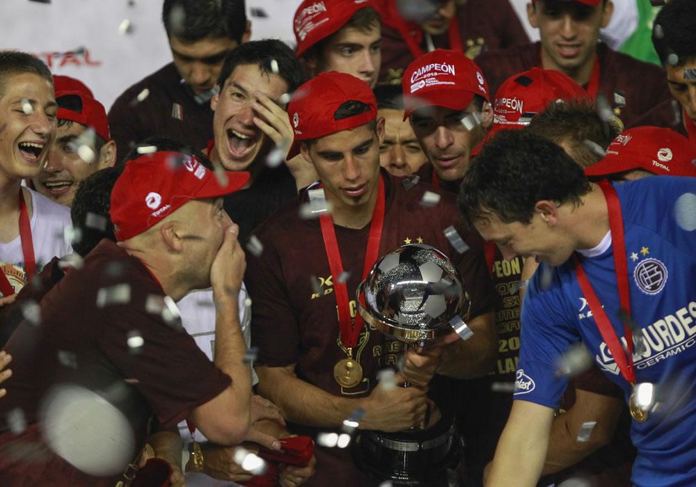 Jugadores de Lanús celebran tras vencer al Ponte Preta y coronarse campeones de la Copa Sudamericana. Foto: EFE
