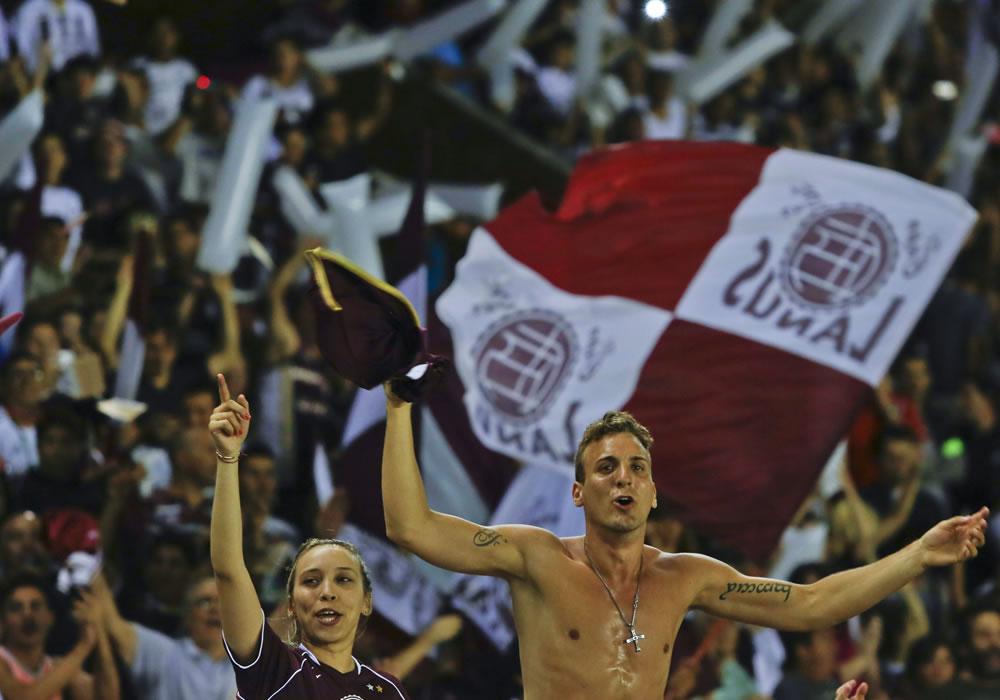 Aficionados de Lanús animan a su equipo. Foto: EFE