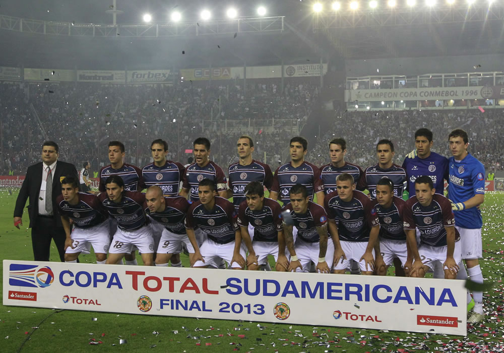 Jugadores de Lanús posan, antes del partido por la final de Copa Sudamericana. Foto: EFE