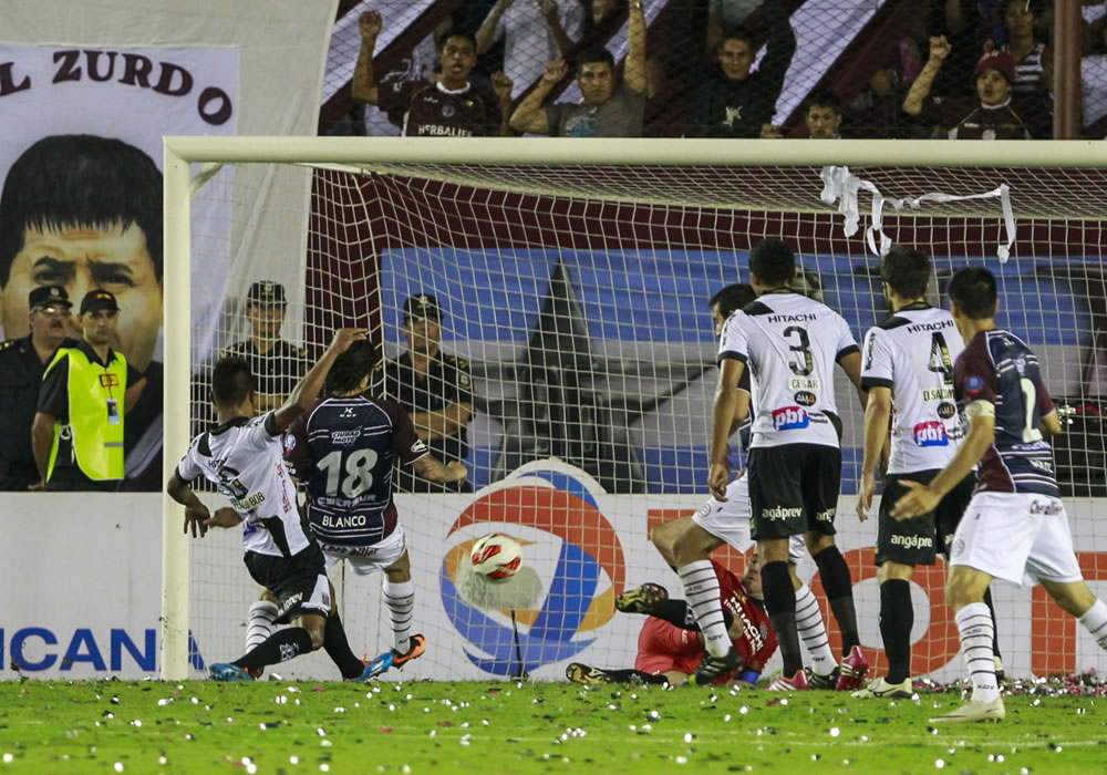 El jugador de Lanús Sebastián Blanco celebra después de anotar un gol ante Ponte Petra. Foto: EFE