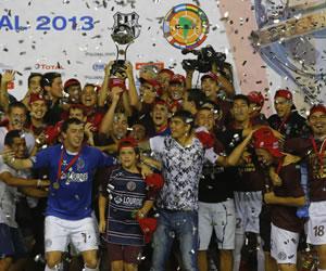 Jugadores de Lanús celebran tras vencer al Ponte Preta y coronarse campeones de la Copa Sudamericana