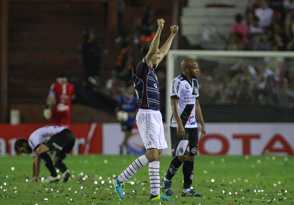 El jugador de Lanús Leandro Somoza celebra la victoria de su equipo ante el Ponte Preta. Foto: EFE
