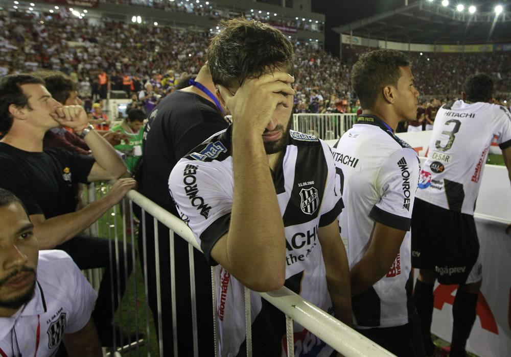 Los jugadores de Ponte Preta Diego Sacoman (i), Artur (c) y Cesar (d) se lamentan tras perder ante Lanús. Foto: EFE