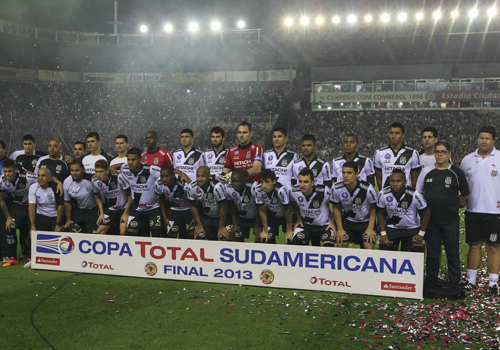 Jugadores de Ponte Preta posan antes del partido por la final de Copa Sudamericana. Foto: EFE