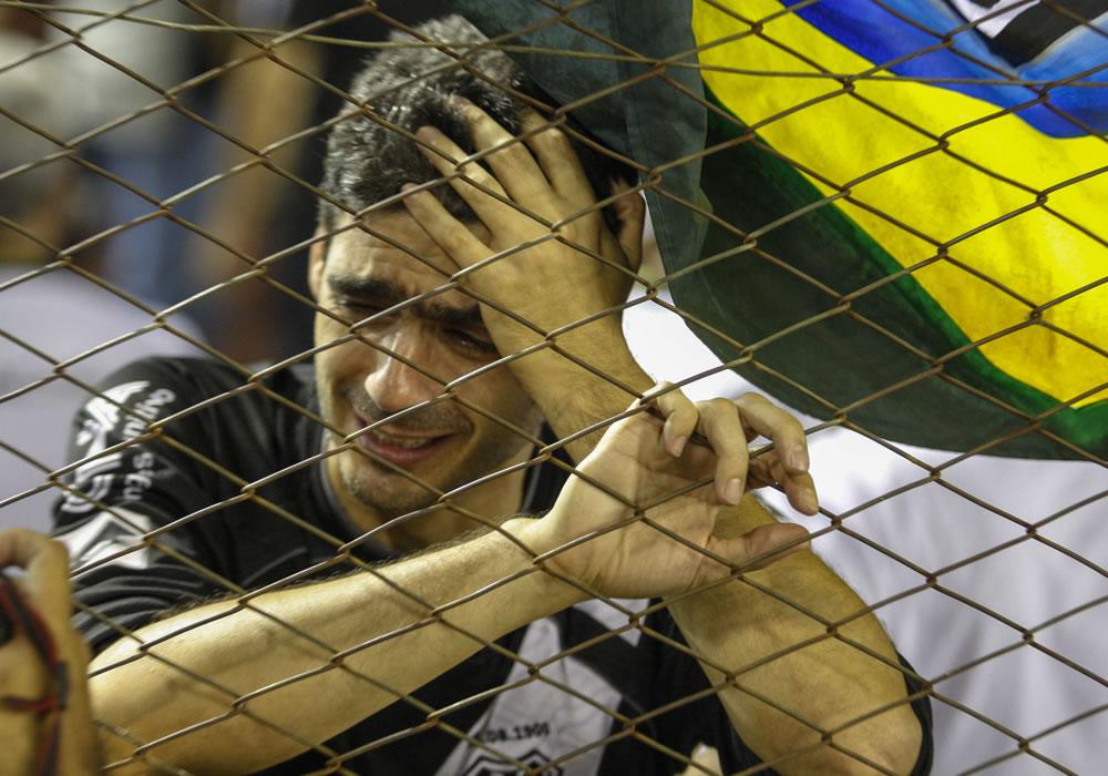 Un aficionado de Ponte Petra se lamenta ante un gol de Lanús. Foto: EFE