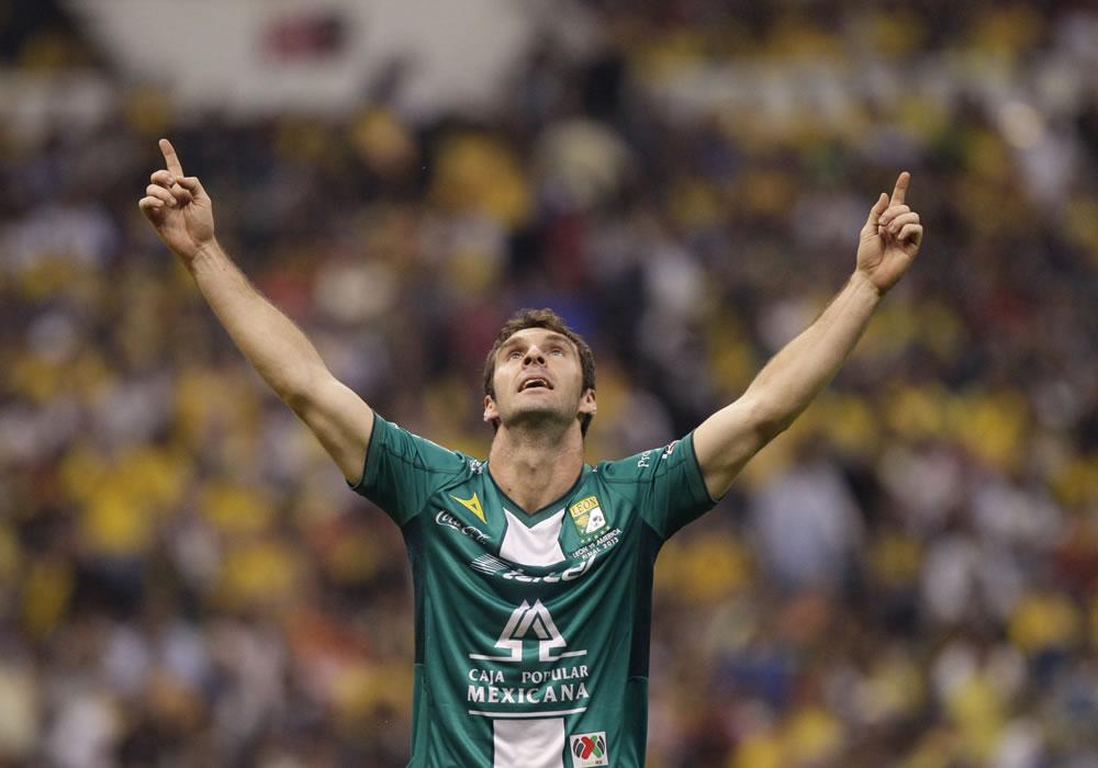El argentino Mauro Boselli de León celebra un gol ante América. Foto: EFE