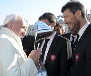 Una delegación del club de fútbol argentino San Lorenzo de Almagro entrega al papa Francisco el trofeo logrado por su reciente victoria del Torneo Inicial de Argentina. EFE