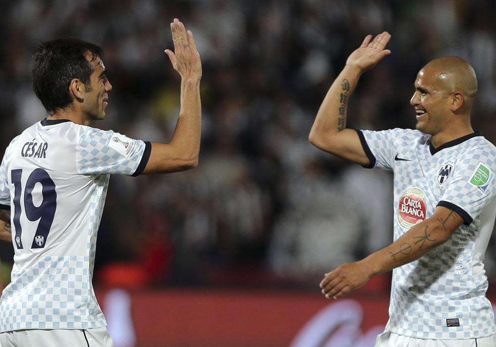 El jugador del Monterrey César Delgado se felicitan tras marcar el 3-1 durante del partido Monterrey-Al Ahly. Foto: EFE