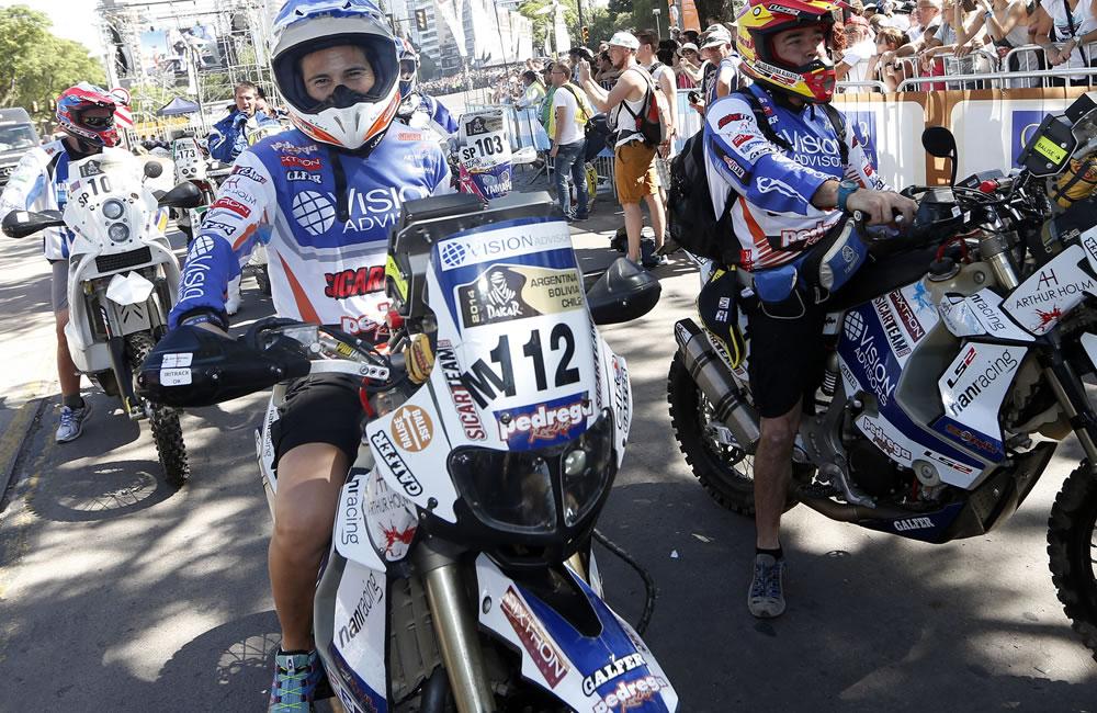 Los pilotos españoles Rosa Romero (izq) y Alberto Salido esperan para subir al podium de salida. Foto: EFE