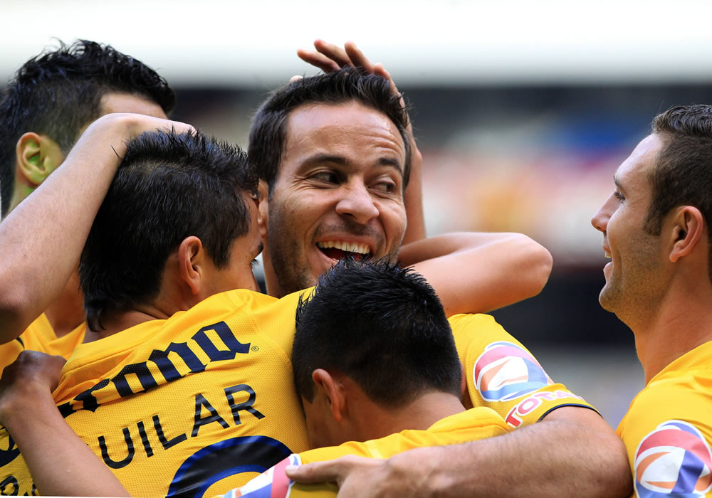 El jugador del América, Luis Gabriel Rey (frente), celebra con sus compañeros su anotación ante Tigres. Foto: EFE