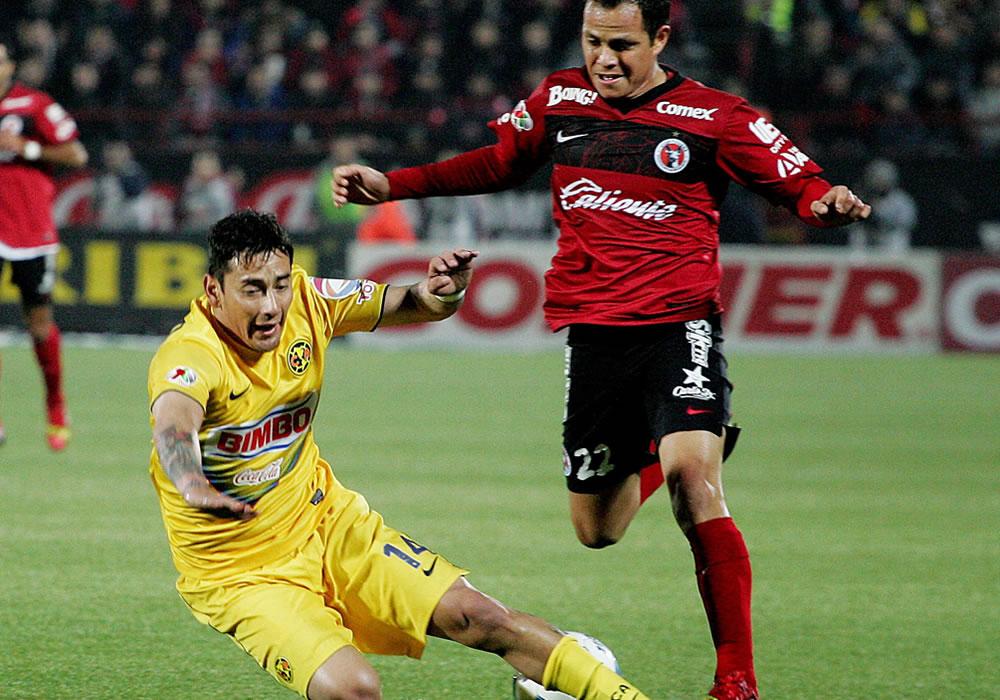 El jugador del Club América Rubens Sambueza (i) disputa el balón con Juan Carlos Nuñez (d) de Xolos. Foto: EFE