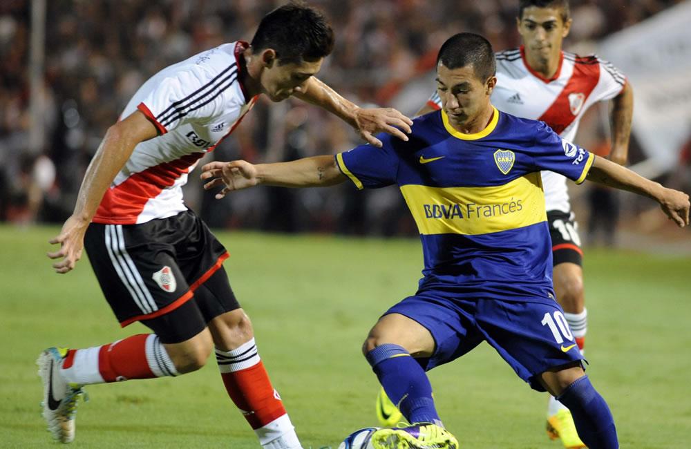 El jugador de River Plate Leonel Vangioni (i) disputa el balón con el jugador Luciano Acosta de Boca Juniors. EFE