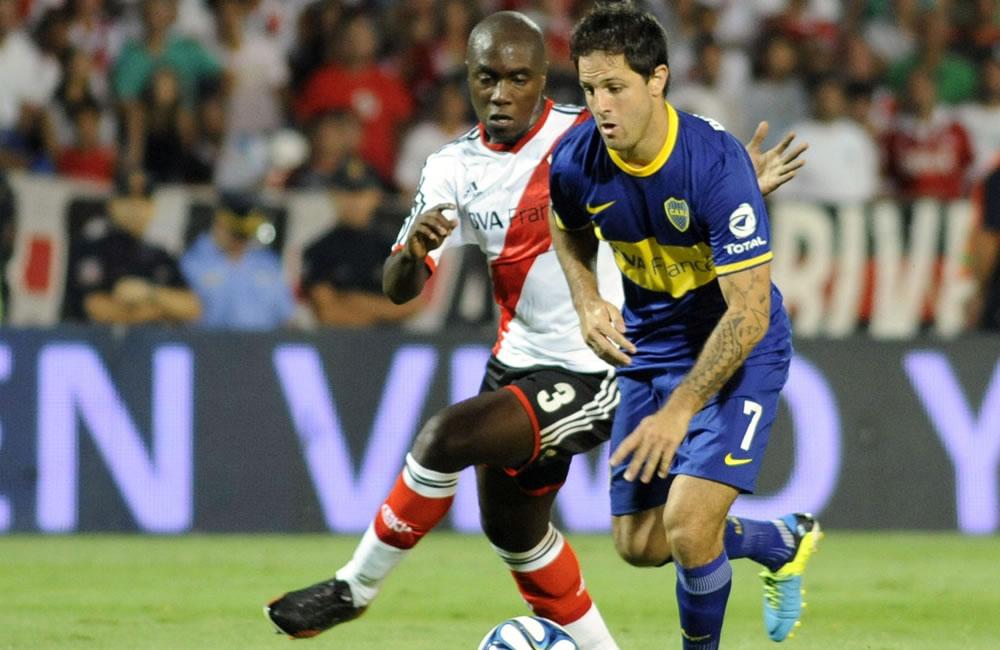 El jugador de River Plate Eder Álvarez Balanta (i) disputa el balón con el jugador Juan Manuel Martínez de Boca Juniors. EFE
