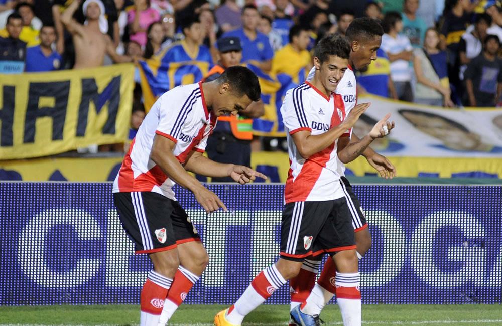 El jugador de River Plate Teófilo Gutierrez (i) celebra su gol ante Boca Juniors . EFE